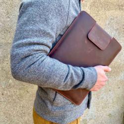 MacBook Pro 14 Leder Tasche mit Innenverarbeitung aus Filz aus Schafwolle, handgefertigt in Deutschland.
